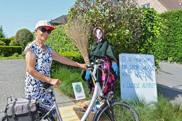 Ondanks de afgelasting van de heksenstoet, hangt er een heksensfeertje in de straten van Beselare. Annie Colleit kwam met de fiets uit Ieper om de heksenpoppen te bewonderen.