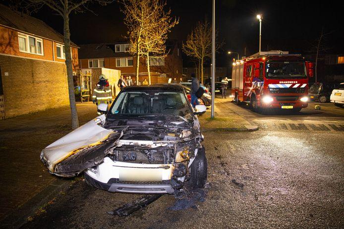 Een auto aan de Morra heeft forse brandschade. Net achter de brandweerwagen vatte vannacht ook nog een auto vlam.