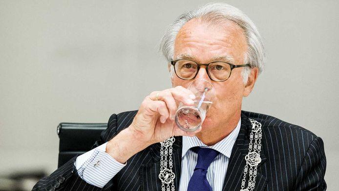 Burgemeester van Aartsen tijdens de vergadering.