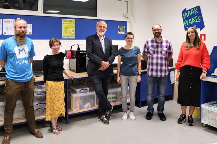 Schepen Mieke Van Malderen (rechts) kon samen met de andere partners en bibliotheekmedewerkers de Maakplaats openen.
