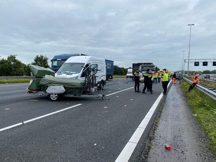Op de snelweg A1 tussen Deventer en Apeldoorn was veel ravage ontstaan door het ongeluk.