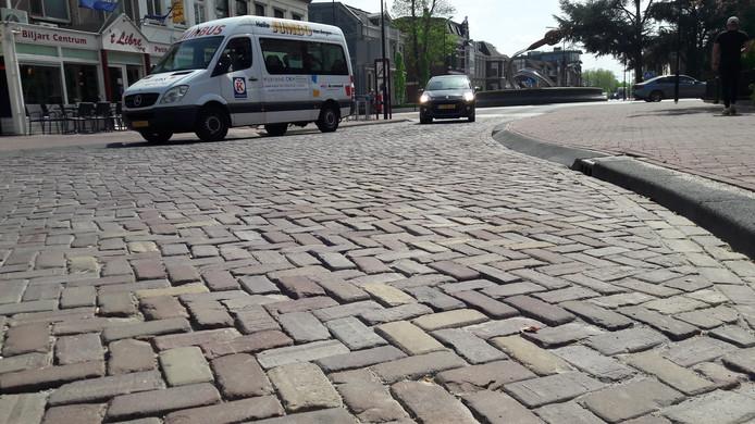 De in december gelegde klinkers bij de nieuwe rotonde in de Molenstraat worden nu alweer vervangen.
