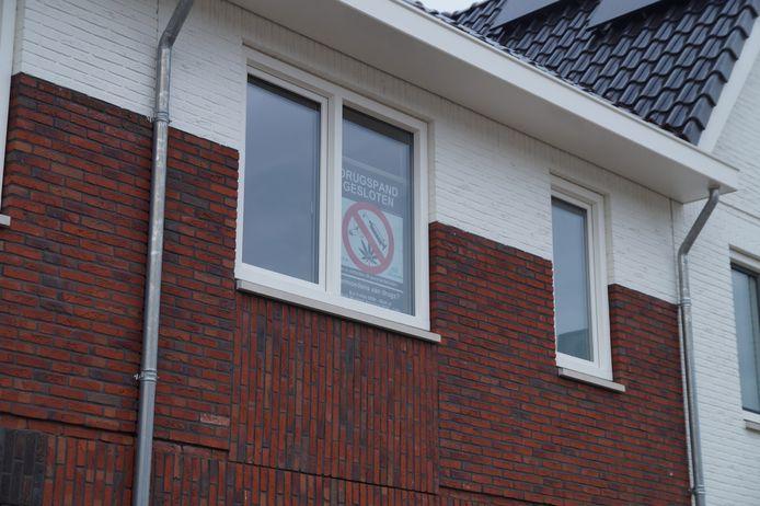De politie heeft dinsdagochtend bij een woning aan de Kamille in Vlijmen vier mannen aangehouden. Het gaat volgens de gemeente Heusden om bekenden uit de drugswereld.
