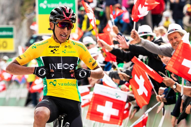 Egan Bernal wint op de Gotthard in Zwitserland. Beeld EPA