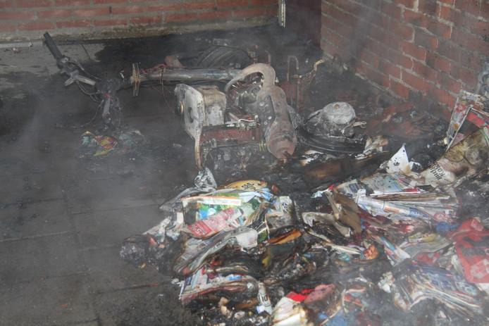 Gesmolten afval na de containerbrand in Tiel.