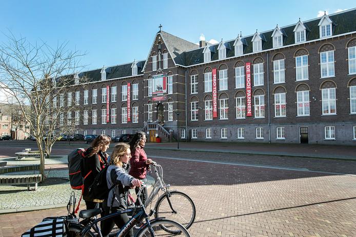 Het pand van voormalige kweekschool, waar nu nog de school De Rooi Pannen is gevestigd.