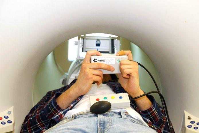 Een proefpersoon ligt in een scanapparaat bij het Donders Instituut in Nijmegen.