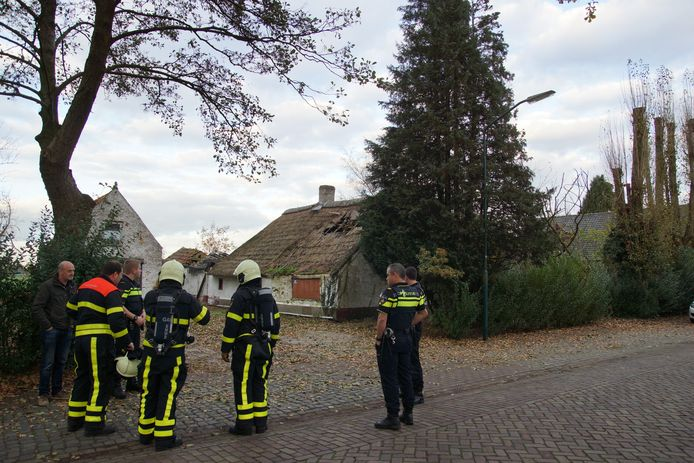 Brandweerlieden bij het pand aan de Erasstraat in Kaatsheuvel.