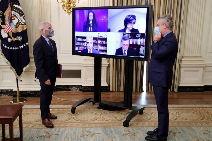 Viroloog Anthony Fauci in gesprek met Jeff Zients, het hoofd van het coronateam in de Verenigde Staten.