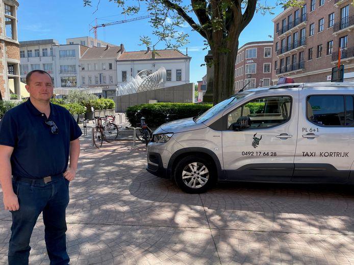 Michiel bij zijn taxi aan het Schouwburgplein in Kortrijk.