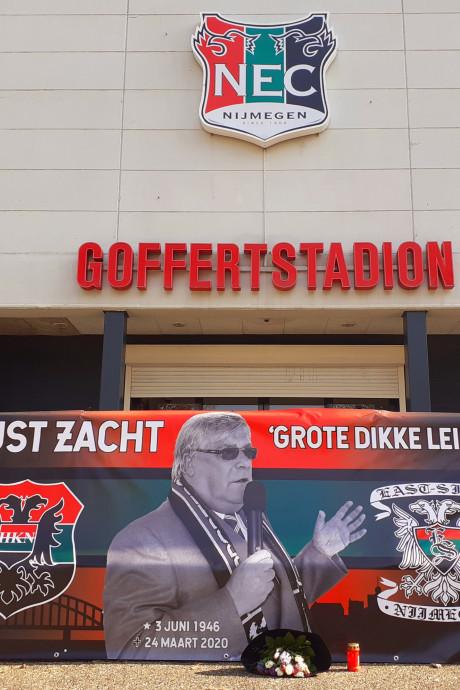 Eerbetoon aan overleden Hans van Delft bij stadion van NEC, condoleanceregister online