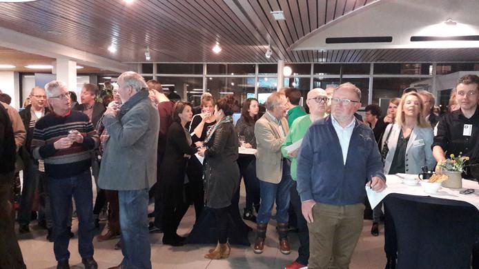 Veel publiek in het gemeentehuis van Overbetuwe voor de uitslag van de verkiezingen.