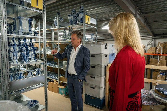 Staatssecretaris Mona Keijzer in gesprek met Jorrit Heinen, directeur van Heinen Delfts Blauw in Putten. Zijn bedrijf was voor 85 procent afhankelijk van toeristen die traditionele toeristische souvenirtjes kochten en nu wordt een ommezwaai richting online gemaakt.