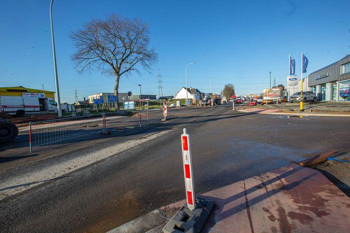 Het kruispunt van de N9 Brusselsesteenweg en de Langestraat net voor de asfaltering van eind november.