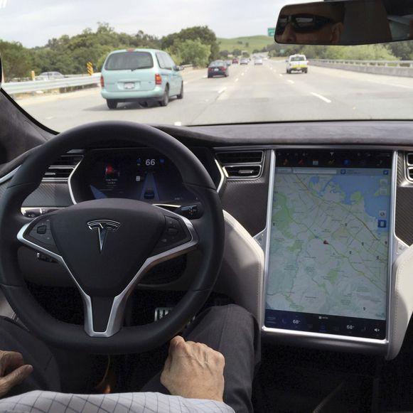 Het interieur van een Tesla Model S in Autopilot-modus.