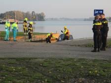 Auto te water in Maasbommel, bestuurster door politie uit voertuig gehaald