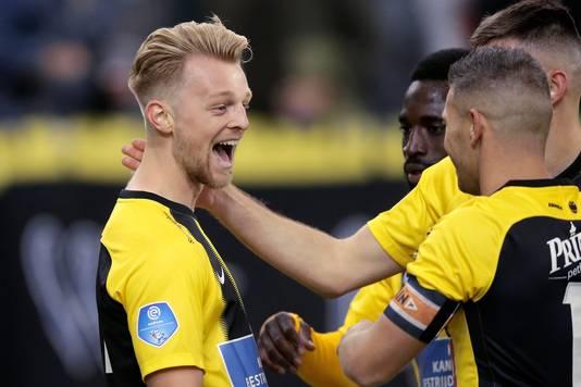 Max Clark viert de 1-0 van Vitesse tegen FC Utrecht.