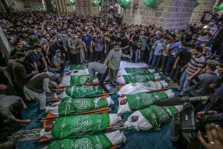 Palestijnen wonen de begrafenis bij van 15 mensen die stierven door Israëlische luchtaanvallen.  Beeld EPA