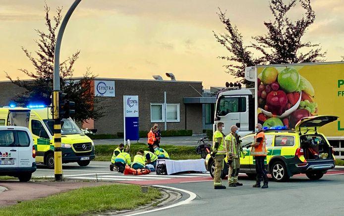 Het ongeval gebeurde op het kruispunt van de Rijksweg met de Oostnieuwkerksesteenweg in Roeselare.