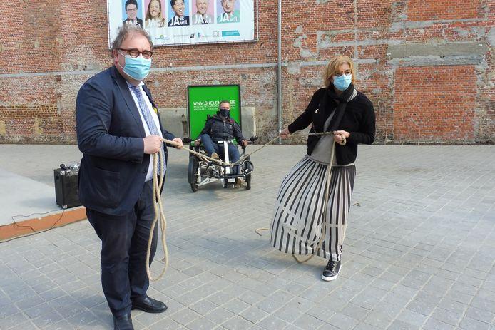 De burgemeesters van Aalst en Ninove, Christophe D'Haese en Tania De Jonge, steunen de actie en zijn peter en meter. Zij trekken mee de (fiets)kar.