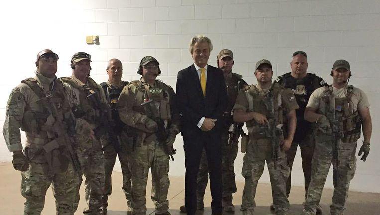 Wilders tussen de agenten in Garland. Beeld AP
