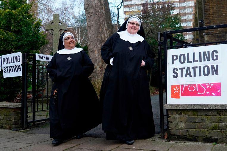 Nonnen verlaten een stembureau in Londen.  Beeld AFP