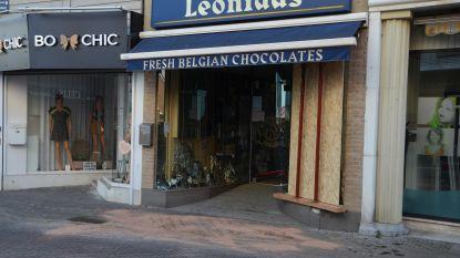Bestuurster rijdt etalage van Leonidas-winkel binnen, zet auto in achteruit en ramt tijdens vlucht drie geparkeerde auto's