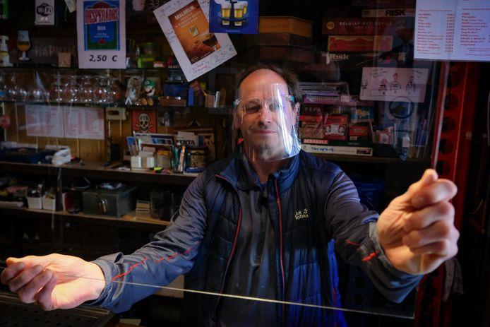 Uitbater Marc Witters (61) heeft platen van plexiglas aan het plafond gehangen, over de hele lengte van de toog.