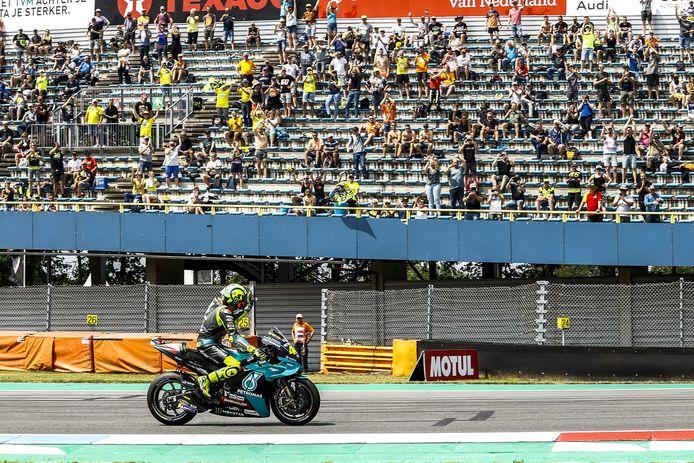 Valentino Rossi zwaait naar het publiek op de tribune voor de start van de MotoGP op het TT-circuit van Assen. De race zelf verliep zwaar teleurstellend voor de Italiaanse legende.