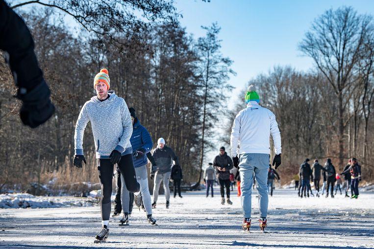 Stellen, plukjes vrienden, honden, eenlingen en duo's: van alle kanten vinden ze de weg naar het natuurgebied.  Beeld Guus Dubbelman / de Volkskrant