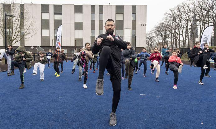 Hasan Aykaç blijft de komende weken met de kinderen buiten trainen, totdat hij weer naar binnen mag.