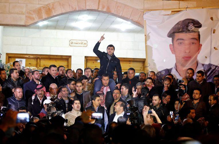 Jordaniërs verzamelen zich in de hoofdstad Amman na het nieuws dat de piloot om het leven is gebracht. Beeld AP