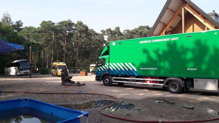 Hulpdiensten zijn aanwezig op het terrein.