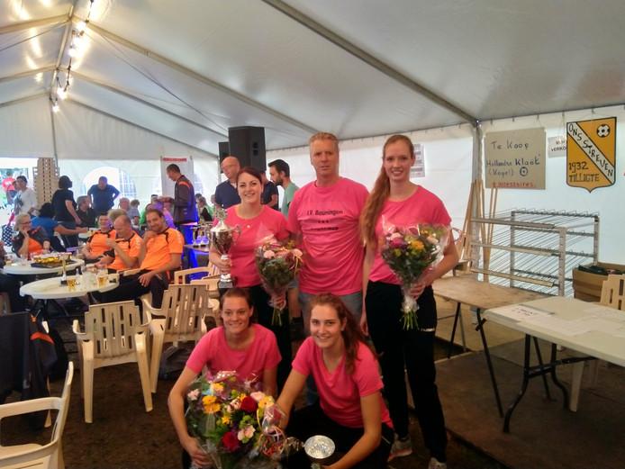 Het team van Beuningen dat de eerste plaats pakte in de Cupklasse van de Kloatscheetersmarathon in Tilligte. Zittend Marloes Bos en Britt Blokhuis. Staand (vlnr): Sanne Droste, begeleider Peter Zanderink en Kim Groener.
