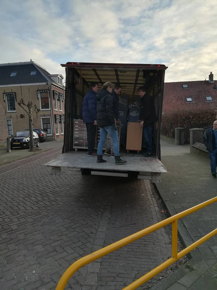 De verhuiswagens rijden af en aan bij de verbuizing van De Brug van 't Vaartje naar de Brugstraat.