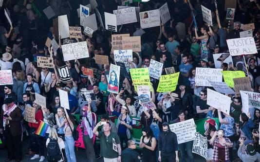 Demonstranten demonstreren op vliegveld LAX tegen de immigratiestop.