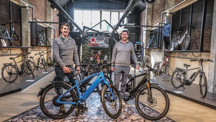 Verantwoordelijke voor het Ieperse filiaal Miguel Vandamme en sales manager Nico Baertsoen in de nieuwe winkel.