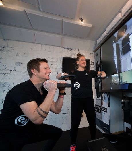 Niet meer naar de sportschool maar sporten in je huiskamer, begeleid door oud-crosskampioen Erik Eggens