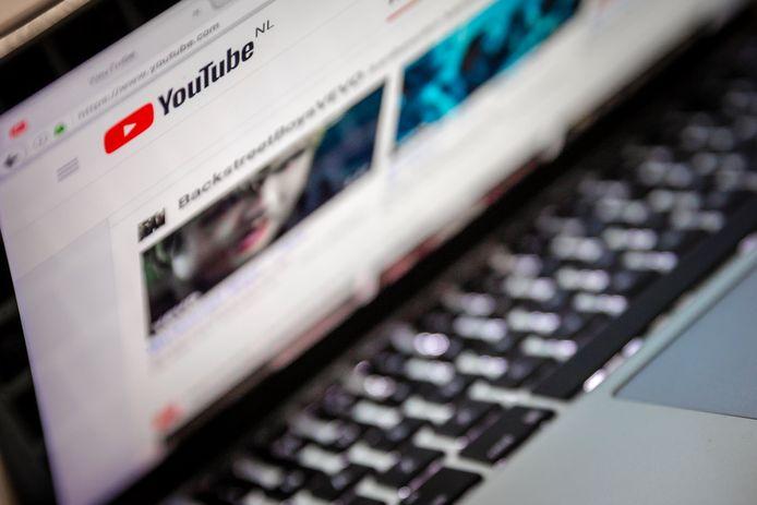 Vloggers met veel volgers en zogenoemde influencers lappen op uitgebreide schaal de regels voor reclame aan hun laars. Vaak vermelden ze niet of onduidelijk of ze geld of gratis producten krijgen voor hun internetfilmpjes over hun dagelijks leven, terwijl de Reclame Code Social Media & Influencer Marketing dat wel voorschrijft.