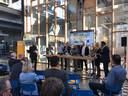 Een beeld van het congres Woningbouw Brabant 2018 van Sprygg in Radio Royaal op Strijp-S. Helemaal rechts aan de tafel wethouder Yasin Torunoglu van Eindhoven met naast hem wethouder Gaby van den Waardenburg van Helmond. Vierde van rechts Theo van Kroonenburg, directeur van corporatie Sint Trudo.