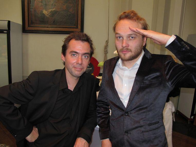 Literaire mannetjes: Ivo Victoria (l) en Arjen Lubach (staat graag saluerend in Schuim). <br /> Beeld null