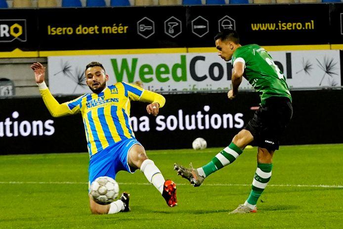 Invaller Eliano Reijnders zet PEC Zwolle op voorsprong in Waalwijk (0-1).