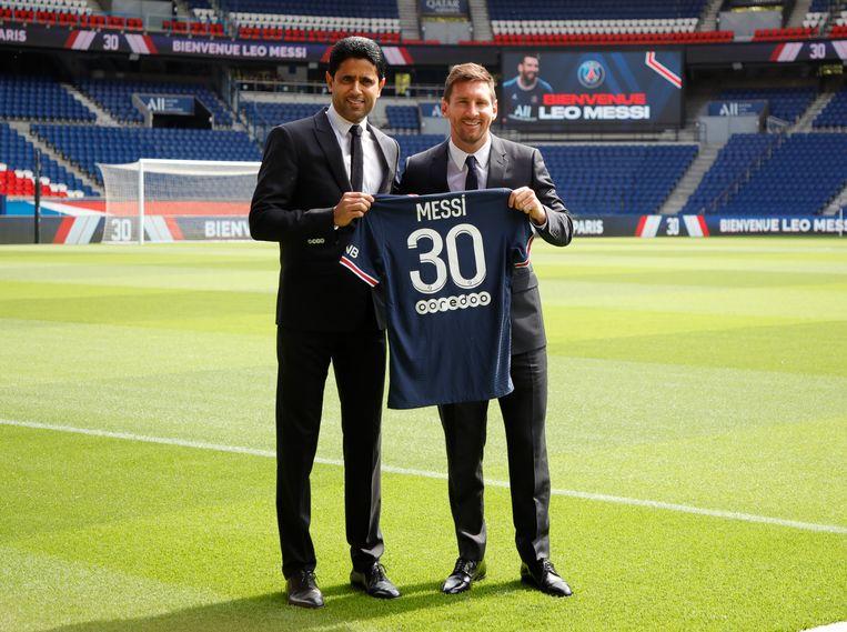 Nasser Al-Khelaifi (links) en Lionel Messi bij de presentatie van de voetballer bij Paris Saint-Germain. Beeld Reuters