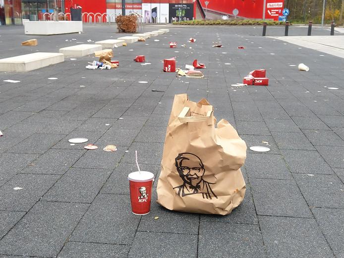 Afval van KFC op de meubelboulevard
