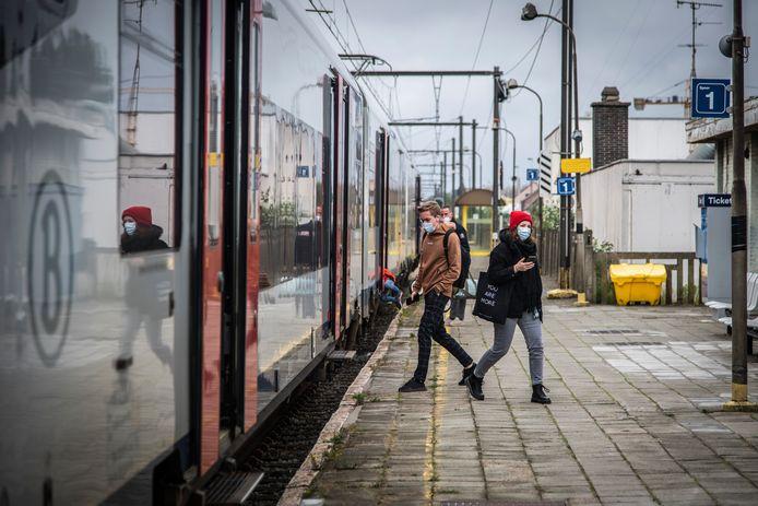 De perrons worden een heel stuk naar omhoog gebracht, zodat in- en uitstappen van de trein makkelijker kan verlopen.