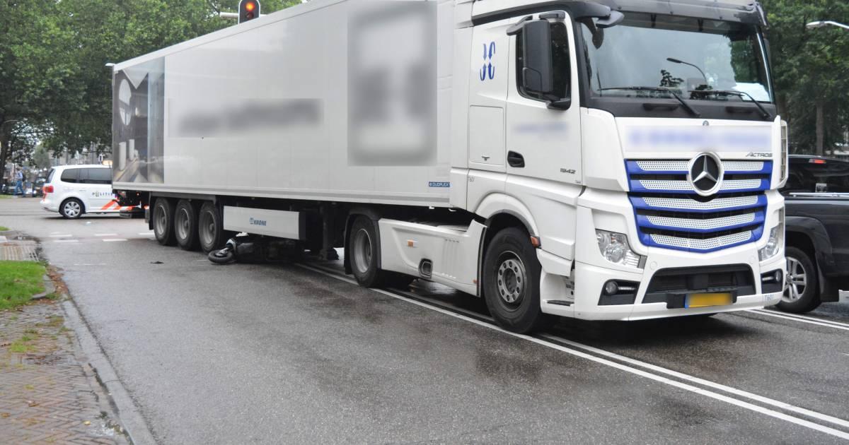 Brommerrijder belandt onder vrachtwagen bij ongeluk in Nijmegen.