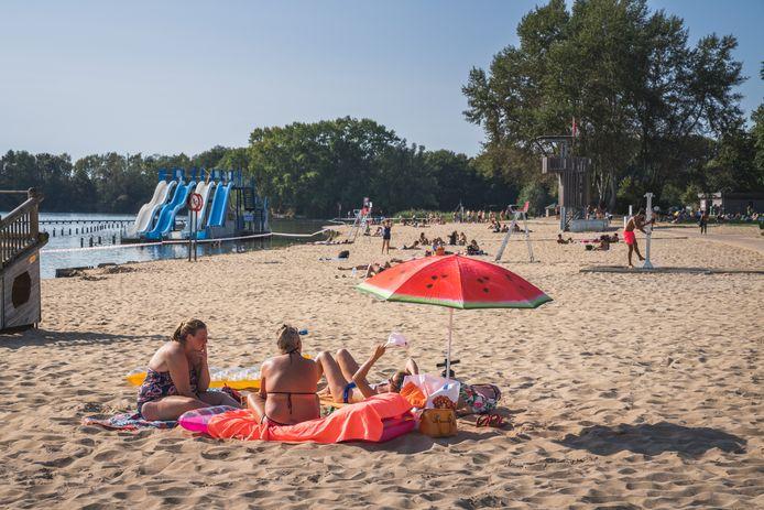 Volk op het strand, maar zwemmen is verboden
