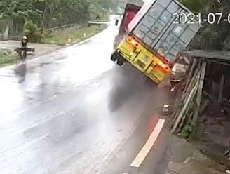 Te snel op nat wegdek: vrachtwagen kantelt spectaculair
