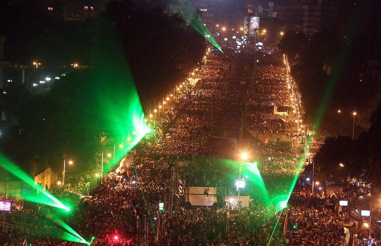 Voor- en tegenstanders van Morsi trokken vannacht opnieuw de straat op. Beeld EPA