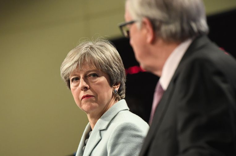 Britse premier Theresa May (L) en EU-commissievoorzitter Jean-Claude Juncker in Brussel op 8 december 2017.  Beeld AFP